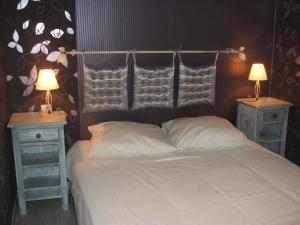 A bed or beds in a room at Hotel Des Cotes De Meuse