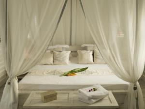Cama ou camas em um quarto em Opoa Beach Hotel