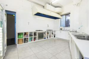 A kitchen or kitchenette at Hump Backpackers