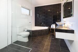 Ein Badezimmer in der Unterkunft Blazing Stump Motel & Suites