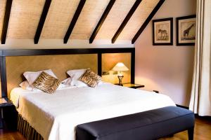 A bed or beds in a room at Les Jardins d'Anaïs