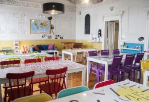 A restaurant or other place to eat at Lisb'on Hostel