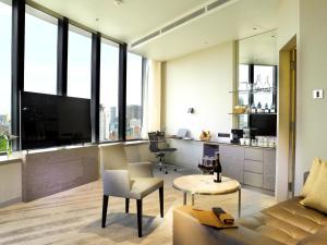 Ein Sitzbereich in der Unterkunft One Farrer Hotel (SG Clean, Staycation Approved)