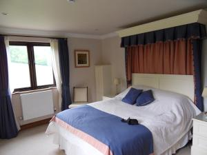 A bed or beds in a room at Tarr Farm Inn