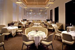 A restaurant or other place to eat at Trump International New York