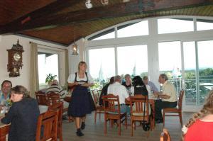 A restaurant or other place to eat at Hotel Zur Schönen Aussicht