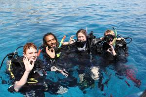 السباحة بأنبوب التنفس أو الغوص في المنتجعات أو بالجوار