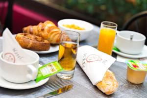 Breakfast options available to guests at Hôtel Icare