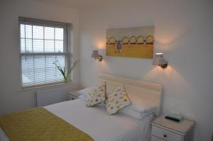 A bed or beds in a room at Les Cotils