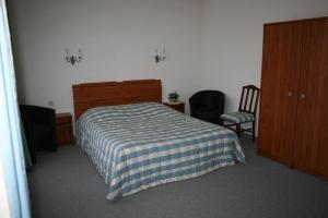 A bed or beds in a room at Hotel-Restaurant De La Poste