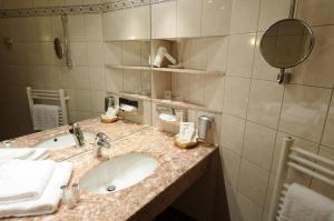 A bathroom at AXXON Hotel