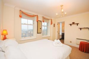 A bed or beds in a room at Town or Country - Imperial Apartments