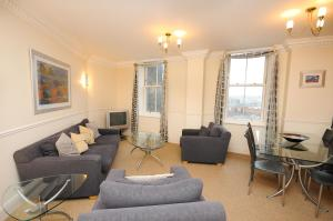 A seating area at Town or Country - Imperial Apartments