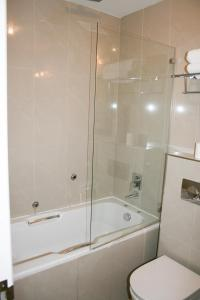 A bathroom at Cromwell International Hotel