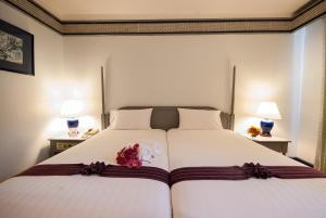 A bed or beds in a room at Diamond Plaza Hotel