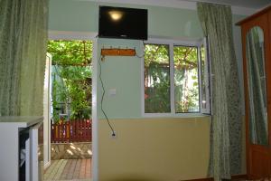 Телевизор и/или развлекательный центр в Гостевой дом у Тещи