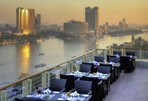 Een restaurant of ander eetgelegenheid bij Hotel Novotel Cairo El Borg