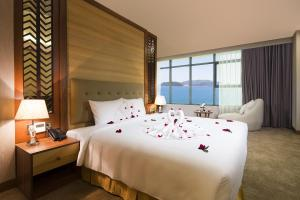 A bed or beds in a room at Muong Thanh Luxury Nha Trang Hotel