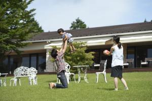 A family staying at Hakone Lake Hotel