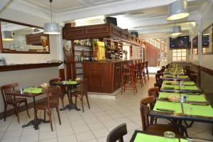 Restaurant ou autre lieu de restauration dans l'établissement Hotel Les Arceaux