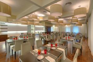 Un restaurante o sitio para comer en Hotel Ceuta Puerta de Africa
