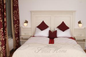 A bed or beds in a room at Hotel Villa Victoria