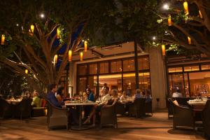 A restaurant or other place to eat at Fashion Island Hotel Newport Beach