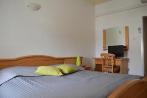 A bed or beds in a room at Guest House Kolarin