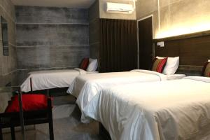 A bed or beds in a room at Bangkok 68