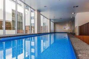 Der Swimmingpool an oder in der Nähe von Canberra Rex Hotel