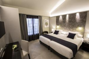 A bed or beds in a room at Vincci Mercat