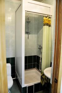 A bathroom at Piramida Hotel