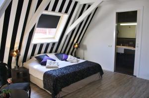 Een bed of bedden in een kamer bij Hotel Zeezicht