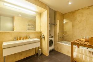 Een badkamer bij Designer Prague City Apartments