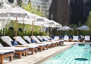 Het zwembad bij of vlak bij Dream Downtown