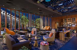De lounge of bar bij Dream Downtown