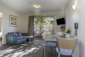 A seating area at 166 Majestic Court Motel