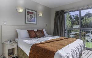 A bed or beds in a room at 166 Majestic Court Motel
