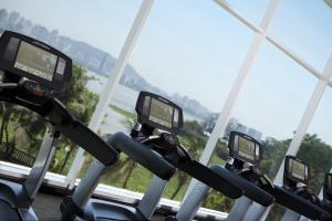 The fitness center and/or fitness facilities at Marriott Executive Apartment - Lakeside Chalet, Mumbai