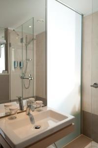 A bathroom at TITANIC Comfort Mitte
