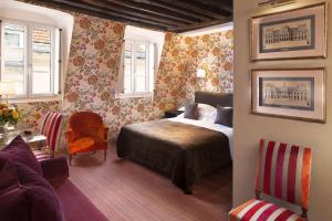 A bed or beds in a room at Hôtel Saint-Paul Rive-Gauche