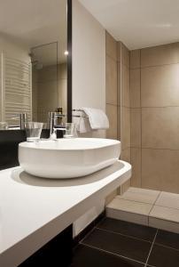 A bathroom at Mercure Brides Les Bains Grand Hôtel des Thermes