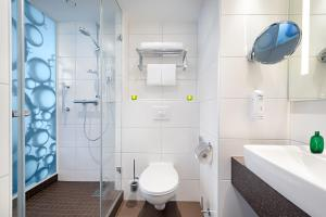 A bathroom at Holiday Inn Berlin City East Side, an IHG Hotel