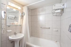 A bathroom at Hotel Canal Beagle