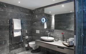 A bathroom at Swissôtel Amsterdam