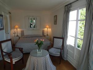 A seating area at Hotel les Vergers de Saint Paul