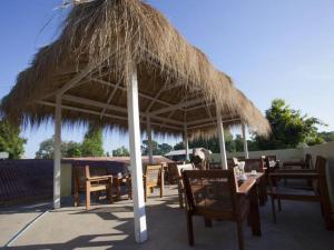 Ein Restaurant oder anderes Speiselokal in der Unterkunft New Wave 1 Guesthouse