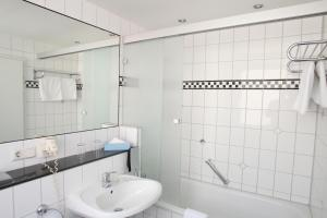 A bathroom at Memphis Hotel
