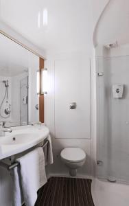 A bathroom at ibis Gloucester