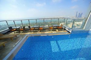 Piscina de la sau aproape de Ramada Abu Dhabi Corniche